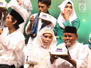 Peserta menjalani rangkaian kegiatan nikah massal bertajuk PKB Mantu di Jakarta, Jumat (25/8). Sebanyak 103 pasangan turut ambil bagian pada nikah massal tersebut yang berasal dari lima wilayah di Jakarta. (Liputan6.com/Immanuel Antonius)