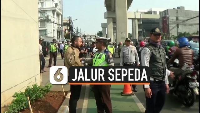 Polisi akan terus meakukan razia jalur speda di DKI Jakarta. Razia dilakukan secara acak di lokasi yang terjadi pelanggaran. Polisi akan langsung memberikan sanksi tilang. Razia di Jakarta Selatan diwarnai protes pengendara karena tidak adanya rambu ...