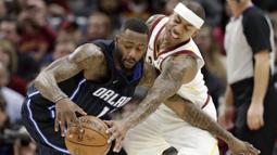 Pemain Cleveland Cavaliers, Isaiah Thomas (kanan) berusaha menghalau bola dari genggaman pemain Orlando Magic, Jonathon Simmons pada lanjutan NBA basketball game di Quicken Loans Arena, (18/1/2018). Cavaliers menang 104-103. (AP/Tony Dejak)