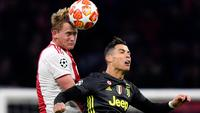 Bek Ajax Amsterdam, Matthijs de Ligt berebut bola dengan megabintang Juventus, Cristiano Ronaldo pada laga pertama perempat final Liga Champions 2018-2019 di Amsterdam Arena, Rabu (10/4). Juventus harus puas bermain imbang 1-1 di kandang Ajax Amsterdam. (AP/Martin Meissner)