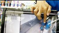 Seorang pria terekam CCTV mencuri kotak amal yang ada di salah satu minimarket di Aceh. (Liputan6.com/ Rino Abonita)