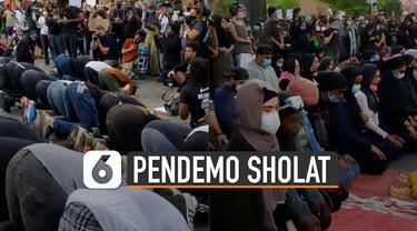 Solidaritas terlihat antara umat muslim dan non muslim ketika sedang demo. Terlihat umat non muslim sedang menjaga umat muslim yang sedang beribadah sholat.