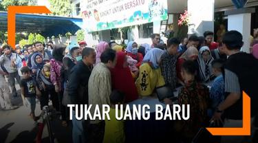 Jelang lebaran, bank dan outlet penukaran uang baru di Subang, Jawa Barat terus diserbu masyarakat. Warga rela mengantri hingga berjam-jam untuk mendapatkan uang baru mulai pagi hingga siang.