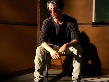 Aryan tampak keren dengan kaus lengan panjang berwarna hitam dan dipadukan dengan celana panjang, sepatu kets, dan kacamata bulat berwarna merah. (Liputan6.com/IG/@___aryan___)