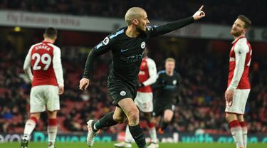 Gelandang Manchester City, David Silva, merayakan gol yang dicetaknya ke gawang Arsenal pada laga Premier League di Stadion Emirates, London, Kamis (1/3/2018). Arsenal kalah 0-3 dari City. (AFP/Glyn Kirk)