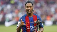 5. Ronaldinho (105,4 juta followers) - Ronaldinho tetap menjadi sosok yang populer meski telah pensiun dari sepak bola. Aksi-aksinya di medsos tetap menjadi buruan banyak orang yang kagum dengan skil dan kemapuan pemain asal Brasil ini. (AFP/Pau Barrena)