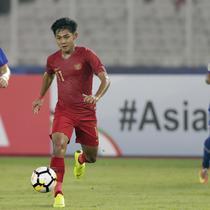 Bek Indonesia, Firza Andika, saat melawan Chinese Taipei pada laga AFC U-19 di SUGBK, Jakarta, Kamis (18/10/2018). Indonesia menang 3-1 atas Chinese Taipei. (Bola.com/M Iqbal Ichsan)