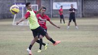 Pemain Bali United, Fadil Sausu menendang bola saat mengikuti latihan jelang laga Piala Presiden melawan Mitra Kukar di Lapangan Trisakti, Bali, Rabu (9/2/2015). (Bola.com/Vitalis Yogi Trisna)