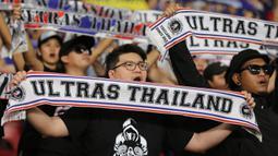 Suporter Thailand memberi dukungan saat melawan Indonesia pada laga kualifikasi Piala Dunia 2022 di SUGBK, Jakarta, Selasa (10/9). Indonesia takluk 0-3 dari Thailand. (Bola.com/M Iqbal Ichsan)