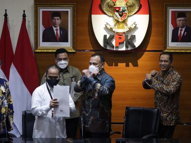 Ketua Komisi Pemberantasan Korupsi, Firli Bahuri (kedua kanan) usai mengumumkan hasil penilaian dalam rangka pengalihan status kepegawaian di Gedung KPK, Jakarta, Rabu (5/5/2021). Dari 1.351 pegawai KPK yang mengikuti tes wawasan kebangsaan, 75 orang tidak lulus. (Liputan6.com/Helmi Fithriansyah)