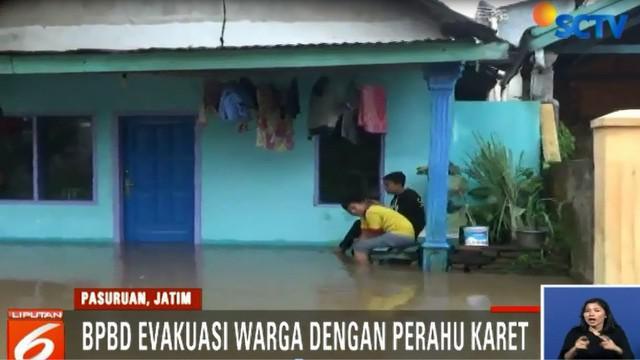 Badan Penanggulangan Bencana Daerah (BPBD) setempat mengevakuasi sejumlah warga yang terjebak banjir dengan menggunakan perahu karet.