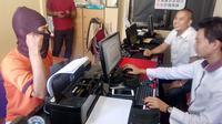 Pemuda berinisial A itu ditangkap aparat kepolisian usai mengancam akan meledakkan Polsek Malangbong, Garut. (Liputan6.com/Jayadi Supriadin).
