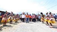 Kepala BNPB Doni Monardo dan rombongan disambut upacara adat di Bumi Kenambai Umbai, Sentani, Jayapura, Selasa (3/9/2019). (Dok Badan Nasional Penanggulangan Bencana/BNPB)