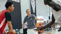 Asisten pelatih San Antonio Spurs, Becky Hammon, salah satu dari tiga wanita yang menjadi staf tim NBA. (Bola.com/Twitter/BeckyHammon)