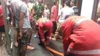 Petugas pemadam saat memadamkan kebakaran. (@beritakebakaran)