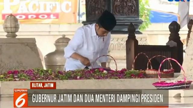 Jokowi berada di makam proklamator kemerdekaan Republik Indonesia itu sekitar 10 menit.