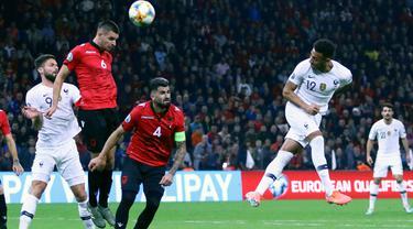 Gelandang Timnas Prancis, Corentin Tolisso (kanan) mencetak gol ke gawang Albania pada kualifikasi Grup H Piala Eropa 2020 di Arena Kombetare, Minggu (17/11/2019). Prancis menutup babak kualifikasi Piala Eropa 2020 dengan kemenangan setelah menekuk Albania 2-0. (AP/Hektor Pustina)