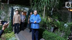 Presiden ke-6 Susilo Bambang Yudhoyono saat menerima kedatangan Pimpinan MPR di kediamannya di Puri Cikeas, Bogor, Jawa Barat, Rabu (16/10/2019). Kedatangan pimpinan MPR dalam rangka mengantarkan undangan pelantikan Presiden dan Wapres periode 2019-2024. (Liputan6.com/Herman Zakharia)
