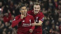Striker Liverpool, Roberto Firmino, melakukan selebrasi bersama Xherdan Shaqiri usai membobol gawang Crvena Zvezda pada laga Liga Champions, di Stadion Anfield, Rabu (24/10/2018). Liverpool menang 4-0 atas Crvena Zvezda. (AP/Jon Super)