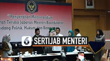 Jenderal (Purn) Wiranto menyampaikan pekerjaan rumah atau PR apa saja yang masih tertinggal di Kementerian Politik Hukum dan Keamanan kepada Mahfud MD.
