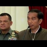 Netizen menganalisis merek jaket bomber berwarna hijau army dengan aksen hitam yang dipakai Jokowi saat memberikan keterangan perihal demo 4 November.