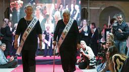 (Ki-ka) Rivka Shtanger  (74 )  dan Judith Rosenzweig  (81) berjalan di atas panggung saat mengikuti kontes kecantikan Miss Holocaust Survivor di Israel, Selasa (24/11). (REUTERS/Amir Cohen)