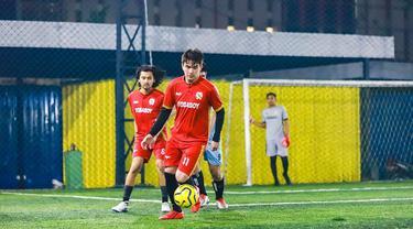 Christ Laurent kerap bermain sepak bola di waktu senggangnya. Bahkan ia terlihat serius dengan bermain untuk klub Tobaboy. Bila diperhatikan, gestur Seleb berusia 26 tahun ini terlihat layaknya pemain sepak bola profesional. (Liputan6.com/IG/@christlaurent)