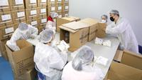 Pekerja mengemas masker kesehatan N95 di area aseptik sebuah perusahaan produsen masker di Shenyang, China, 8 Februari 2020. Selama beberapa hari, perusahaan itu berjanji akan terus bekerja hingga 20 jam per hari untuk memastikan output harian masker N95 mencapai 20.000 lebih. (Xinhua/Yao Jianfeng)