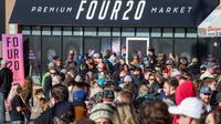Ratusan orang mengantremembeli ganja legal di Calgary, Alberta, Rabu (17/10). Sesaat setelah PM Kanada, Trudeau umumkan legalisasi penjualan ganja, toko-toko penjual cannabis diserbu pembeli. (Jeff McIntosh/The Canadian Press via AP)