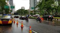 Kondisi arus lalu lintas di kawasan SCBD usai balkon BEI ambruk, Jakarta, Senin (15/1). Bagi kendaraan yang sudah berada di dalam kawasan SCBD akses menuju gedung BEI ditutup. (Liputan6.com/Herman Zakharia)