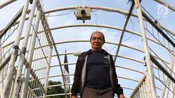 Pejalan kaki melintasi jembatan penyeberangan orang (JPO) Jayakarta yang atapnya rusak dan hilang di Menteng, Jakarta, Jumat (11/1). Kondisi JPO yang rusak mengganggu kenyamanan pejalan kaki. (Liputan6.com/Immanuel Antonius)