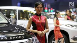 Sales Promotion Girls (SPG) atau model bersanding di samping mobil Mitsubishi pada pembukaan GIIAS 2018 di ICE BSD, Tangsel, Kamis (2/8). Mereka bersanding di samping mobil dengan pesona kecantikannya. (Liputan6.com/Fery Pradolo)
