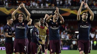 Para pemain Arsenal melakukan selebrasi usai lolos ke final Liga Europa setelah mengalahkan Valencia di Stadion Mestalla, Valencia, Kamis (9/5). Arsenal unggul agregat 7-3 atas Valencia. (AFP/Javier Soriano)