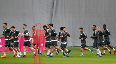 Para pemain Bayern Munchen melakukan pemanasan selama sesi latihan di stadion Allianz Arena di Munich, Jerman, (10/4). Munchen akan bertanding melawan wakil Spanyol, Sevilla pada leg kedua babak perempat final Liga Champions. (AP Photo/Matthias Schrader)