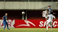 Pemain Persib Bandung, Nick Kuipers (kanan atas) berebut bola di udara dengan pemain PS Sleman, Muhammad Dwi Rafi Angga dalam laga leg pertama semifinal Piala Menpora 2021 di Stadion Maguwoharjo, Sleman, Jumat (16/4/2021). (Bola.com/Ikhwan Yanuar)