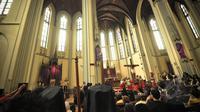 Jemaat Katolik menyaksikan teatrikal tablo pada Jumat Agung di Gereja Katedral, Jakarta, Jumat (3/4/2015). Umat Kristen di seluruh dunia merayakan tiga hari masa Paskah untuk mengenang Yesus yang disalib, mati, dan bangkit. (Liputan6.com/Faizal Fanani)