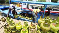 Pekerja mengangkut tabung gas ke dalam kapal di Rawa Saban, Kabupaten Tangerang, Banten, Kamis (17/4). (ANTARA FOTO/Rivan Awal Lingga)