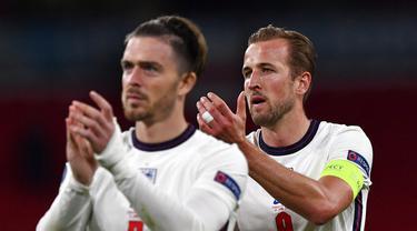 Pemain Inggris Harry Kane (kanan) dan Jack Grealish memberikan tepuk tangan kepada para pendukung di akhir laga melawan Republik Ceko pada pertandingan Grup D Euro 2020 di Stadion Wembley, London, Selasa (22/6/2021). Inggris menang 1-0. (Justin Tallis, Pool photo via AP)