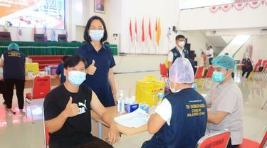 Proses vaksinasi di Kampus Unsrat Manado yang menyasar pelayan publik seperti tenaga pendidikan dan kependidikan di Sulut.
