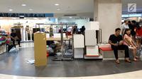 Calon pembeli sedang duduk saat gelar potongan harga di Matahari Mall Taman Anggrek, Jakarta, Jumat (1/12). Penutupan PT Matahari Department Store pada 3 Desember 2017 guna menjaga kinerja perseroan ditengah penurunan pasar. (Liputan6.com/Fery Pradolo)