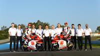 Andi Gilang (motor sebelah kiri) foto bersama kru tim Honda Team Asia. (Istimewa)