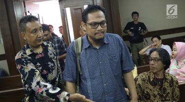 Terdakwa kasus suap yang juga Panitera Pengadilan Negeri Medan, Helpandi bersiap menjalani sidang pembacaan putusan di Pengadilan Tipikor, Jakarta, Kamis (4/4). Helpandi dinyatakan bersalah dan dihukum 7 tahun penjara dan denda Rp 300 juta. (Liputan6.com/Helmi Fithriansyah)