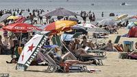 Masyarakat berada di Pesisir pantai North Sea di Egmond, bagian utara Belanda saat gelombang panas. (AP)
