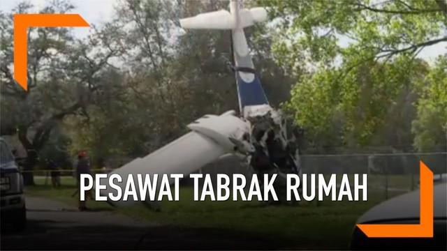 Sebuah pesawat yang berisi dua orang jatuh dan menimpa rumah warga. Seorang pilot tewas, sementara penumpang terluka.