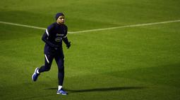 Penyerang Prancis Kylian Mbappe berlari selama sesi Latihan di Clairefontaine-en-Yvelines, barat daya Paris, Selasa (10/11/2020). Prancis akan beruji coba melawan Finlandia di Stade de France pada Kamis (12/11/2020) dini hari WIB dalam pertandingan persahabatan internasional. (Yoan VALAT/POOL/AFP)