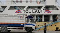 Kapal Pengangkut Ternak KM Camara Nusantara I bersandar di Pelabuhan Tanjung Priok, Jakarta, Jumat (11/12). Kapal ini dapat membawa 500 sapi dengan melayani trayek Kupang-Bima-Tanjung Perak-Tanjung Emas-Bima-Kupang. (Liputan6.com/Faizal Fanani)