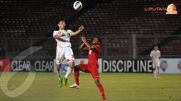 Kapten Timnas Cina Zheng Zhi (nomor 10) mencoba menyerang lini pertahanan Indonesia dalam laga Kualifikasi Piala Asia 2015 (Liputan6.com/Helmi Fithriansyah)