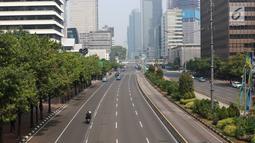 Sejumlah kendaraan melewati jalan yang lengang di Jalan MH Thamrin, Jakarta, Kamis (27/6/2019). Adanya rekayasa lalu lintas di sejumlah titik terkait sidang putusan Mahkamah Konstitusi menyebabkan jalan protokol di pusat kota itu lebih lengang dibanding hari biasa. (Liputan6.com/Immanuel Antonius)