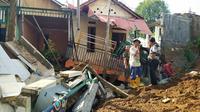 Tembok dan pondasi proyek pusat perbelanjaan di Jalan Raya Tajur, Kota Bogor, Jawa Barat ambrol.