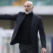 Pelatih AC Milan, Stefano Pioli, memberikan arahan kepada anak asuhnya saat melawan Verona pada laga Liga Italia di Stadion Bentegodi, Minggu (7/3/2021). AC Milan menang dengan skor 2-0. (Spada/LaPresse via AP)
